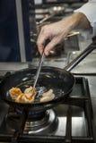 Кашевар шеф-повара подготавливая еду Стоковые Фотографии RF
