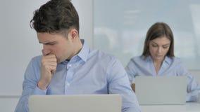 Кашель, больной молодой бизнесмен кашляя на работе акции видеоматериалы