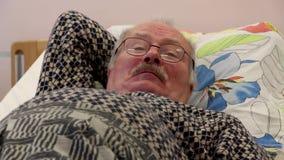 Кашляет кровать hosp старика сток-видео