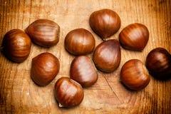 Каштаны на деревенской деревянной таблице Стоковые Изображения RF
