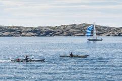 2 каяка и западное побережье шведского языка sailingboat Стоковое Изображение