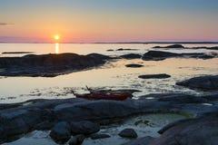 2 каяка на заходе солнца скалы Стоковые Фотографии RF