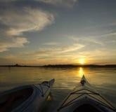 2 каяка на заходе солнца Стоковое Фото