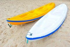 2 каяка на пляже Стоковые Фотографии RF