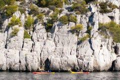 2 каяка перед крутыми скалами в Calanques Cassis & x28; Провансаль, France& x29; стоковые фотографии rf
