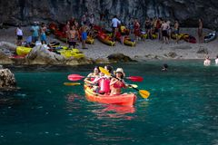 Каякинг в Дубровнике, Хорватии стоковые фотографии rf