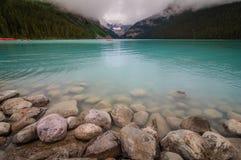 Каяки воды Lake Louise красивые Стоковое Изображение