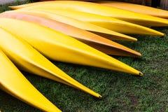 каяки лежат на зеленой лужайке стоковые изображения rf