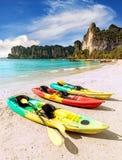 Каяки на тропическом пляже, активной концепции праздников Стоковая Фотография