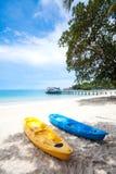 Каяки на тропическом пляже в Таиланде Стоковые Изображения RF