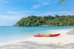 Каяки на тропическом пляже с красивым небом Стоковые Изображения RF