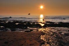 Каякы на заходе солнца, St Agnes, Корнуолл Стоковые Изображения RF