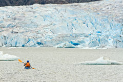 Каяк Аляски полоща ледниковое озеро Mendenhall Стоковое Изображение