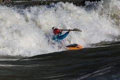 Каяк в whitewater Стоковая Фотография