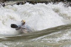 Каяк в whitewater Стоковые Изображения RF