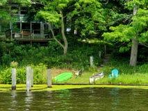 Каяк и каноэ на береге реки стоковые изображения