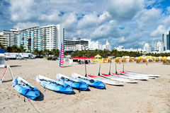 Каяк и surfboards с затворами на песке Стоковое Изображение
