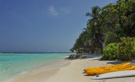 Каяк на пляже каяки на красивом тропическом пляже с пальмами, белом песке, воде океана бирюзы на островах Thinadhoo Стоковое фото RF