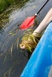 Каяк на реке, rowing каное ноги Стоковые Фотографии RF