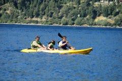 Каяк семьи в озере Стоковая Фотография