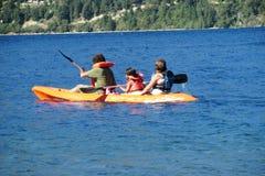 Каяк семьи в озере Стоковое фото RF