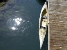 Каяк состыкованный на пристани Стоковые Фотографии RF