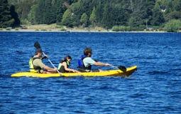 Каяк людей в озере Стоковые Фотографии RF