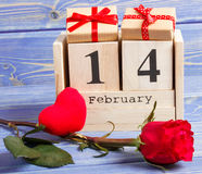 Календарь куба с подарком, красным сердцем и розовым цветком, днем валентинок Стоковые Фото