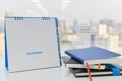 Календарь модель-макета и стог книг Стоковое Изображение RF