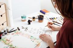 Каллиграфия сочинительства девушки на открытках Конструкция искусства Стоковая Фотография