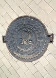 Калининград, Россия Люковое закрытие с ` 2018 ` надписи и изображение soccerball, символизируя кубок мира ФИФА внутри Стоковые Изображения