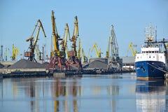 Калининград, Россия Мольберты порта на загрузке угля Торговый морской порт стоковое фото