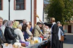 Калининград, Россия Освящение верующих и пасхи испечет для пасхи Стоковое фото RF