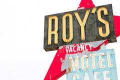 Калифорния, мотель и кафе ` s Роя подписывают стоковые изображения rf