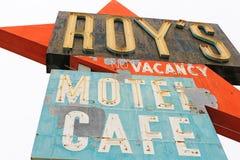 Калифорния, мотель и кафе ` s Роя подписывают стоковая фотография rf