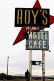 Калифорния, мотель и кафе ` s Роя подписывают стоковое изображение