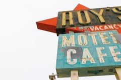 Калифорния, мотель и кафе ` s Роя подписывают стоковые изображения