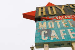Калифорния, мотель и кафе ` s Роя подписывают стоковые фотографии rf
