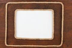 2 кадра веревочки лежа на деревянной поверхности с белым backgr Стоковая Фотография RF