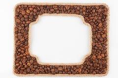2 кадра веревочки с кофейными зернами на белой предпосылке Стоковые Изображения