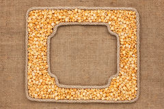 2 кадра сделанного веревочки с высушенными зернами горохов на дерюге Стоковое Изображение