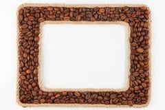 2 кадра сделанного веревочки с кофейными зернами на белом backgr Стоковые Фотографии RF