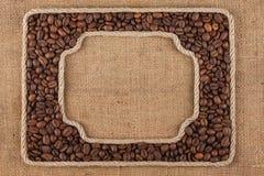 2 кадра сделанного веревочки с кофейными зернами на дерюге Стоковая Фотография RF