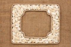 2 кадра сделанного веревочки с семенами тыквы на дерюге Стоковая Фотография RF