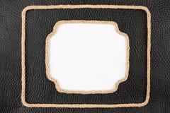 Кадр 2 веревочки, лож на предпосылке черного естественного leath Стоковые Фотографии RF