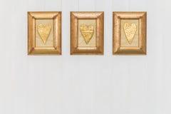 3 кадр сердца золота Белая предпосылка скопируйте космос Стоковая Фотография