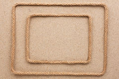 Кадр 2 сделанный веревочки лежа на песке Стоковое Изображение