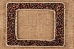 Кадр 2 сделанный веревочки с кофейным зерном на дерюге Стоковая Фотография RF