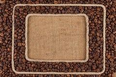 Кадр 2 сделанный веревочки с кофейным зерном на дерюге Стоковые Изображения