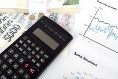 Калькулятор, диаграммы, ручка, рабочее место дела бесплатная иллюстрация